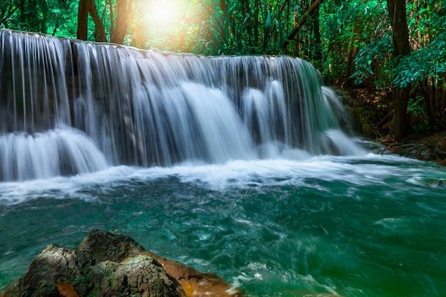 Foto desfocada da cachoeira huai mae khamin em kanchanaburi na tailândia