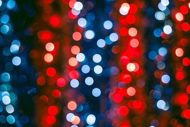 Foto desfocada de luzes vermelhas e azuis de natal