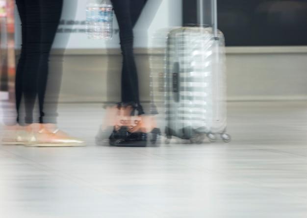 Foto desfocada de pessoas no aeroporto