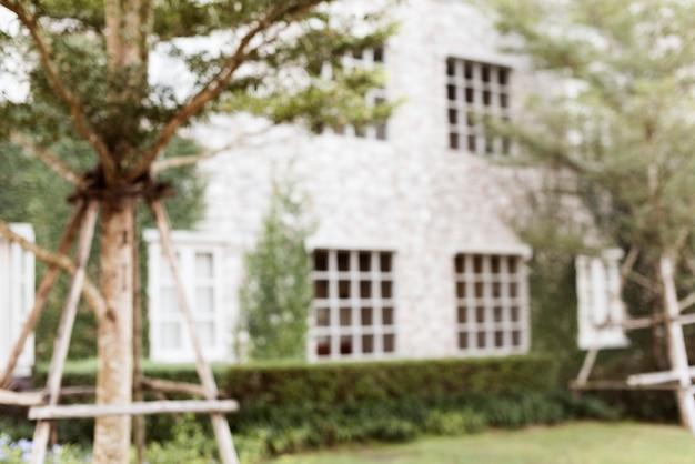 Foto desfocada de um quintal de casa suburbana