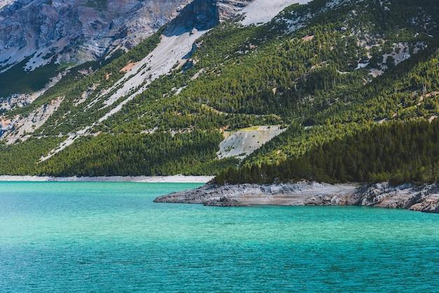 Foto deslumbrante de paisagem montanhosa à beira do lago