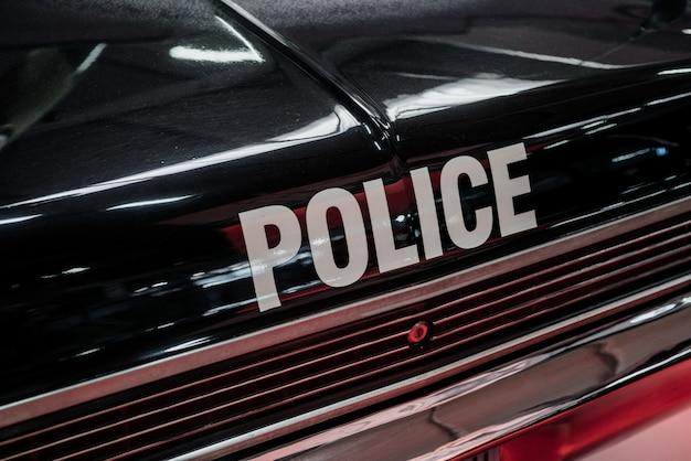 Foto detalhada da traseira de um carro de polícia preto