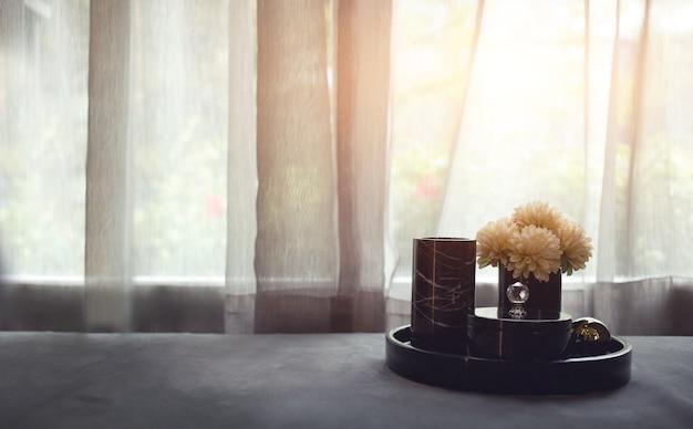 Foto discreta de conjunto de chá e flores na sala de estar lateral com tamanho de banner