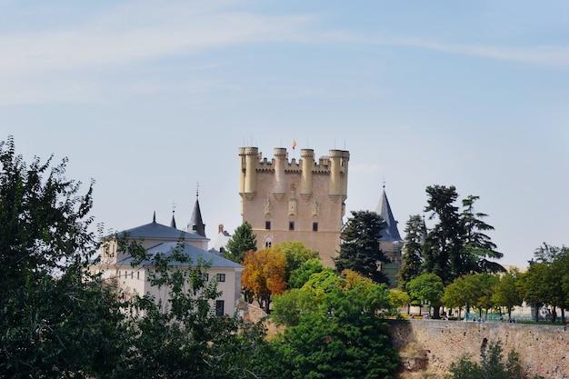 Foto diurna do alcázar de segóvia em segóvia, espanha