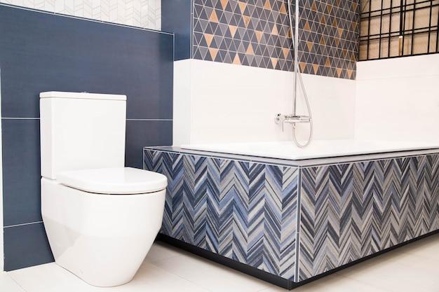 Foto do banheiro e azulejos azuis