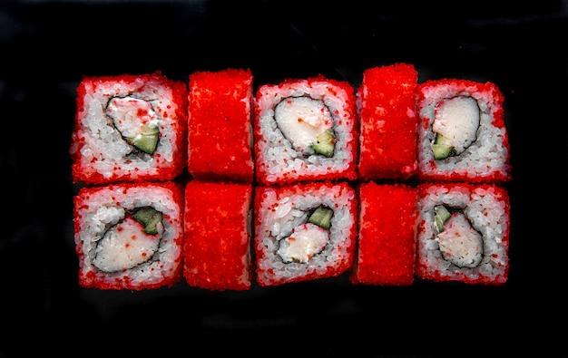 Foto do cardápio. rolos japoneses com vista superior do caviar vermelho.