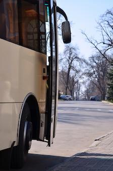 Foto do casco de um grande e longo ônibus amarelo. vista frontal de close-up de um veículo de passageiros para transporte e turismo