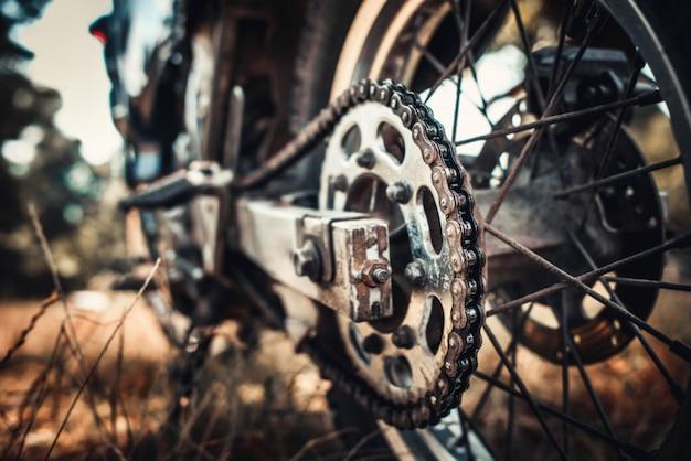 Foto do close up da bicicleta de motor velha ao ar livre