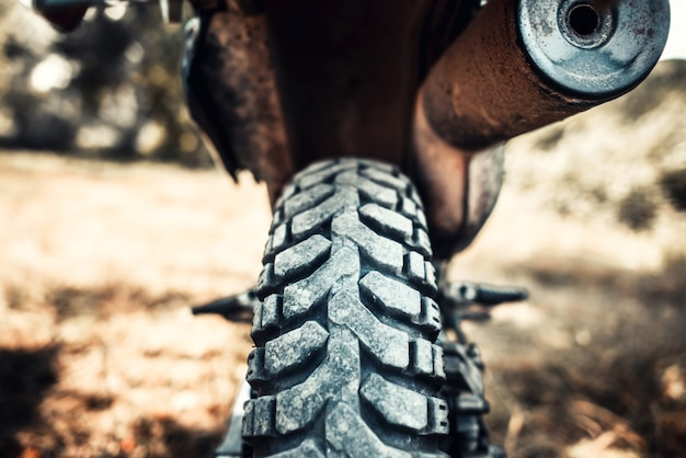 Foto do close up da bicicleta do motor da estrada exterior