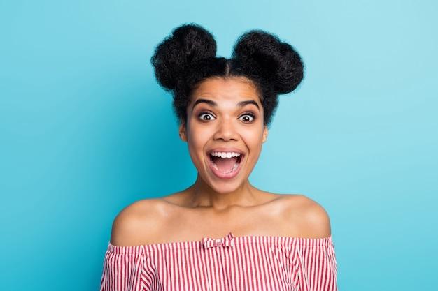 Foto do close up de uma senhora de pele muito escura e bonita boca aberta, bom humor, ver banner de anúncio de venda usar camisa listrada branca vermelha ombros nus isolado parede azul