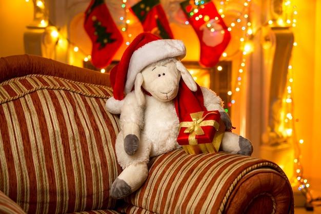 Foto do close up do símbolo do ano 2015 - ovelha, na casa decorada