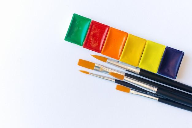 Foto do conjunto de tintas aquarela e pincel para pintura de cor de água