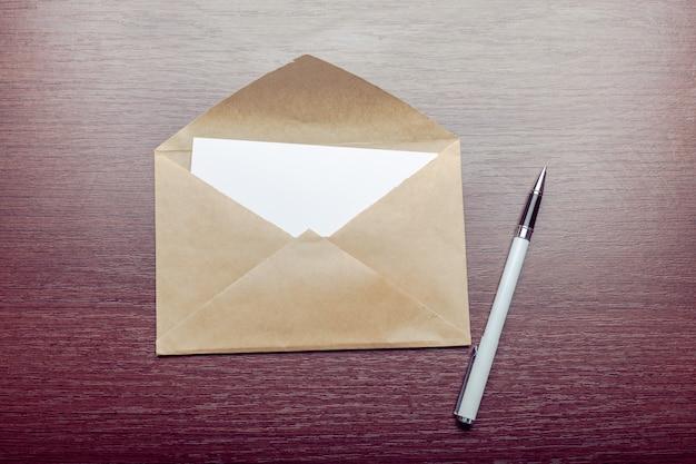 Foto do envelope em branco em um de madeira