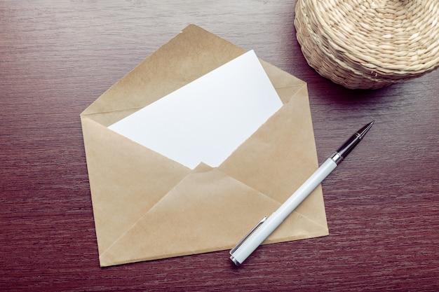 Foto do envelope em branco em uma madeira