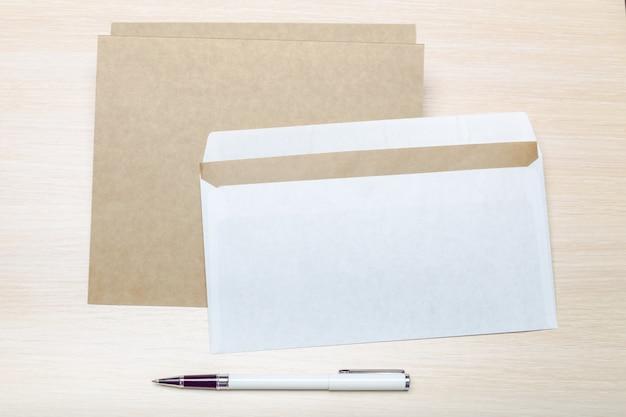 Foto do envelope em branco sobre um fundo de madeira