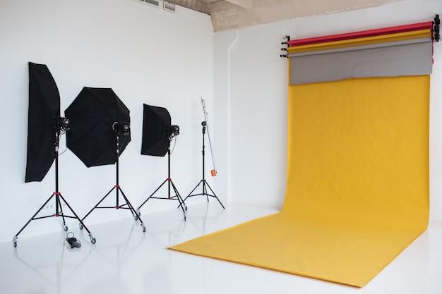 Foto do estúdio com interior moderno e equipamentos de iluminação