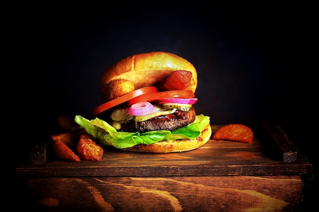 Foto do fundo escuro do hambúrguer.