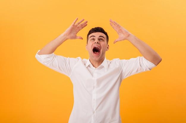 Foto do homem gritando na camisa branca, olhando por cima do amarelo