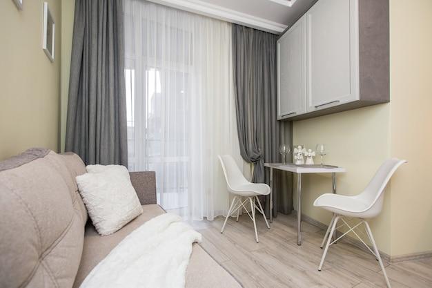 Foto do interior da cozinha em tons de branco estilo moderno