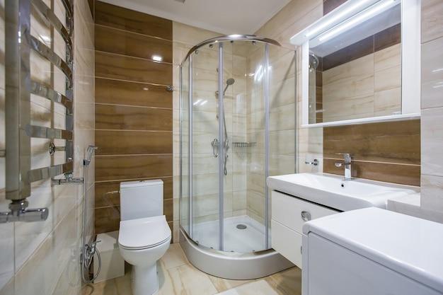 Foto do interior de um banheiro moderno