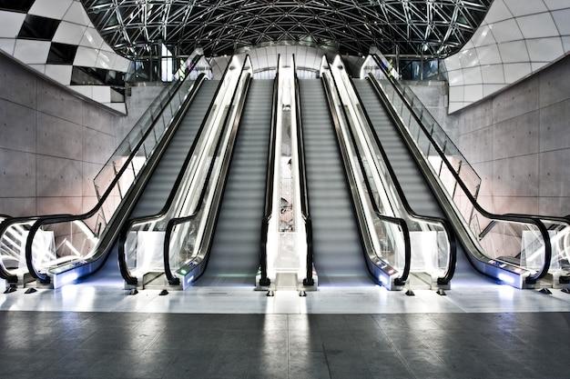 Foto do interior de um prédio com escadas rolantes