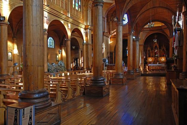 Foto do interior de uma igreja vazia