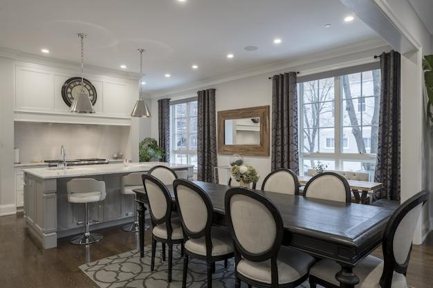 Foto do interior de uma luxuosa sala de jantar em casa