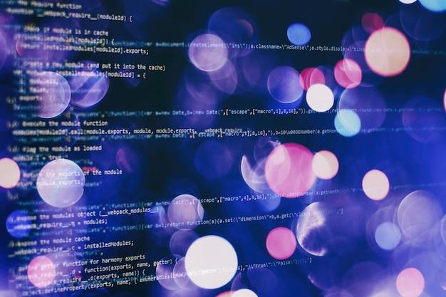 Foto do monitor do pc de mesa. funções javascript, variáveis, objetos. os gerentes de projeto trabalham com novas idéias. processo de criação de tecnologia do futuro.
