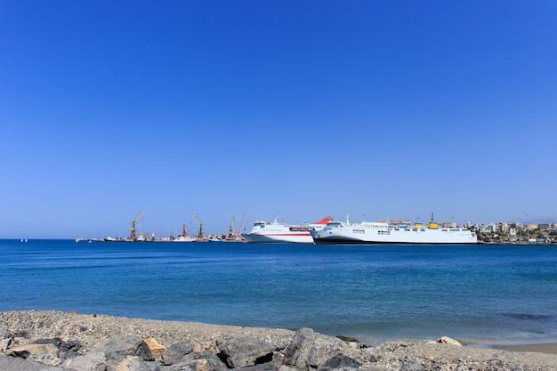 Foto do navio cruzador ancorado no porto principal de heraklion.