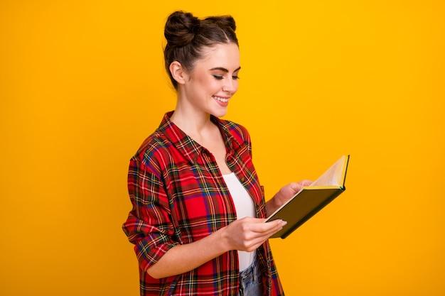 Foto do perfil de uma senhora bonita segurando livro lido