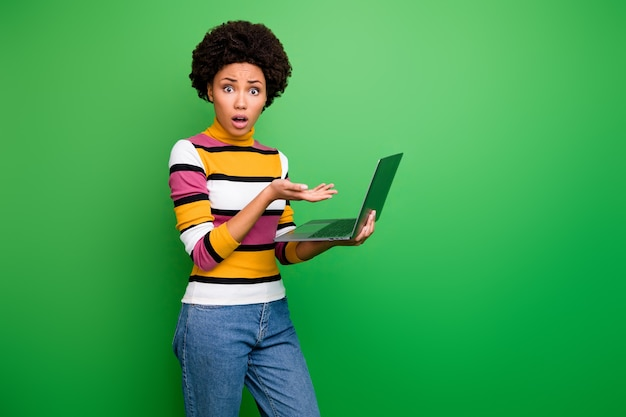 Foto do perfil de uma senhora encaracolada de pele bonita, bonita, segura, o caderno não funciona, reclamando de má conexão à internet, use calças jeans casuais listradas