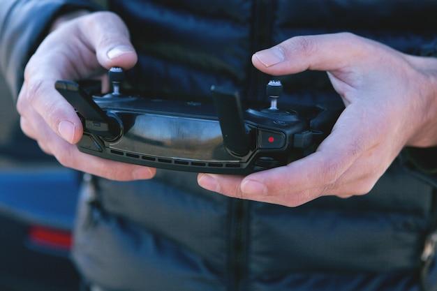 Foto do ponto de vista de um homem segurando o controle remoto com as mãos