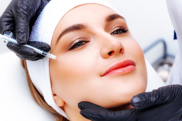 Foto do procedimento de mesoterapia. rejuvenescimento da pele facial por injeção. tiro de beleza.