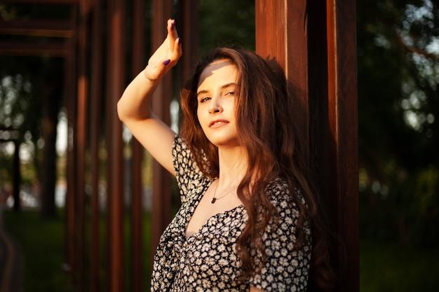 Foto do retrato de uma mulher jovem e bonita. época de verão do ano. mulher feliz no parque