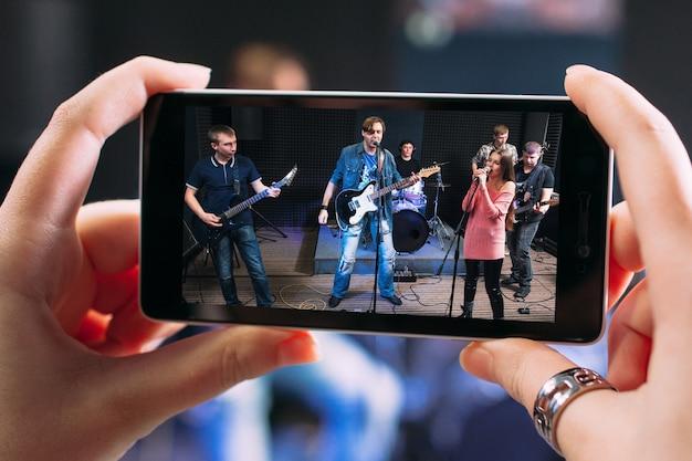 Foto dos bastidores da apresentação de uma banda de música