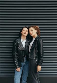 Foto elegante de 2 garotas em roupas casuais