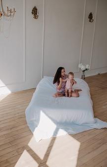 Foto elegante de mãe e bebê no interior do quarto
