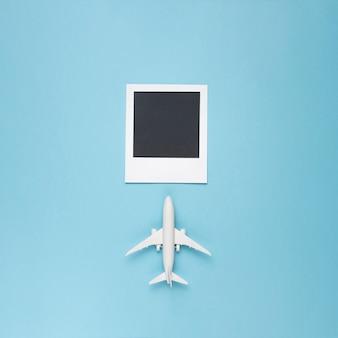 Foto em branco com avião de brinquedo