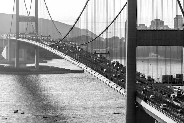 Foto em escala de cinza da ponte tsing ma em hong kong