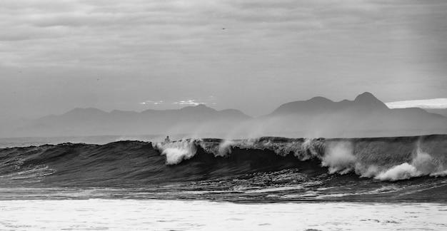 Foto em escala de cinza das ondas do oceano da praia de copacabana