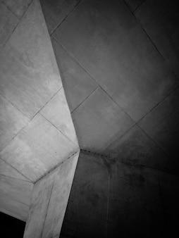 Foto em escala de cinza de coluna de concreto cinza