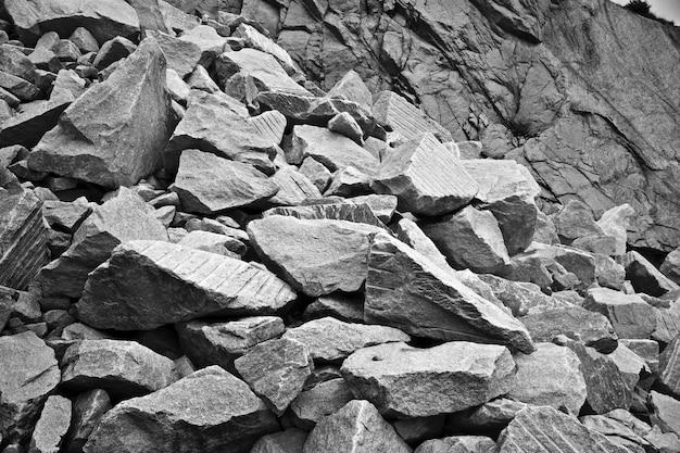 Foto em escala de cinza de deslizamento de rocha