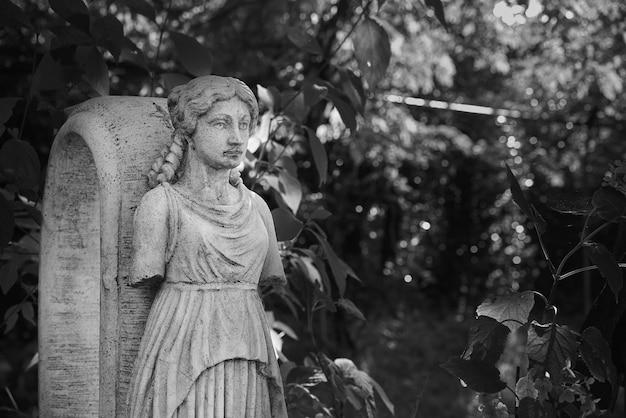 Foto em escala de cinza de esculturas de pedra em um jardim
