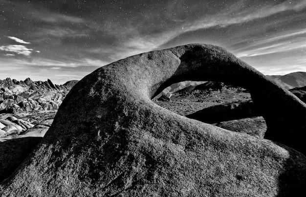 Foto em escala de cinza de formações rochosas em alabama hills, califórnia