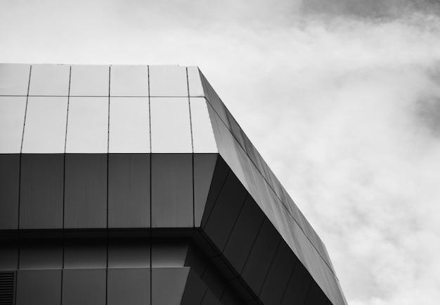 Foto em escala de cinza de um edifício de concreto