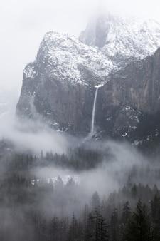 Foto em escala de cinza de uma cachoeira no parque nacional de yosemite, na califórnia