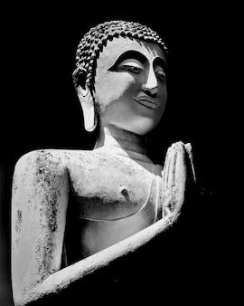 Foto em escala de cinza de uma velha estátua de buda