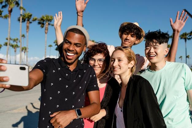 Foto em grupo dos melhores amigos, verão em venice beach, los angeles