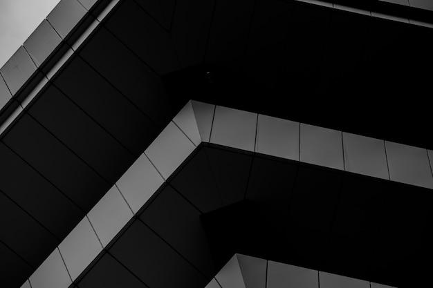 Foto em preto e branco da esquina do prédio