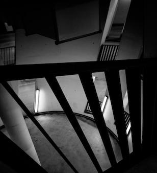 Foto em preto e branco da sala circular